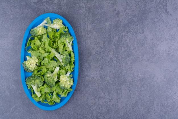 材料を混ぜたプレートのグリーンサラダ。