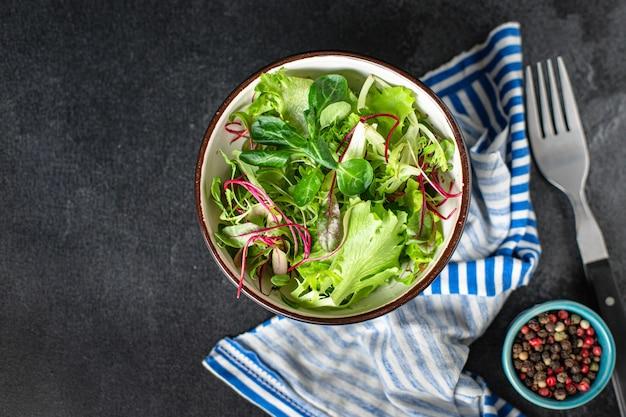 グリーンサラダレタスミックスジューシーなマイクログリーンスナックすぐに食べられる