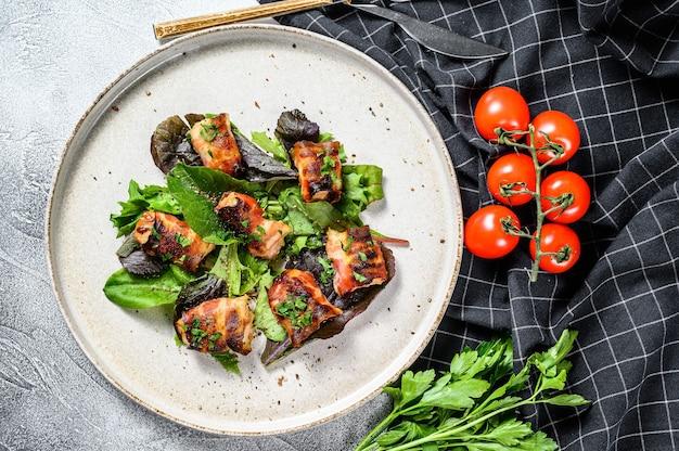 焼き鳥の胸肉をポークベーコンで包んだグリーンサラダ