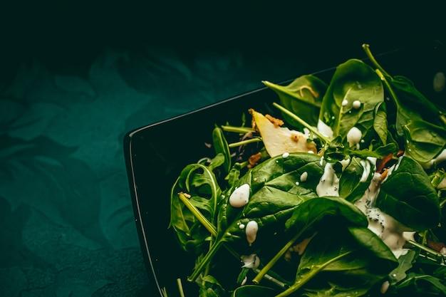 Зеленый салат с базиликом и сливочным соусом из белого чеснока для здорового питания, доставки еды и заказа онлайн.