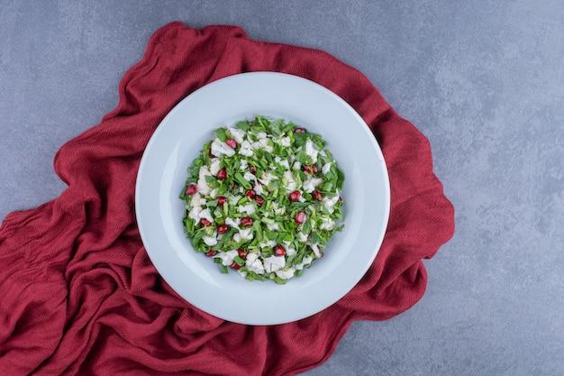 Insalata verde con cavolfiori e semi di melograno