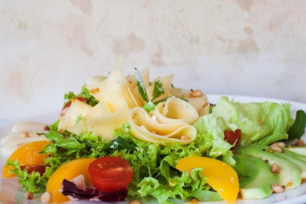 치즈와 과일 접시에 그린 샐러드입니다.
