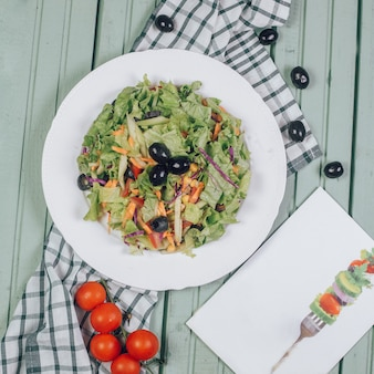 Insalata verde con lattuga e olive nere. vista dall'alto.