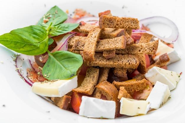 Зеленый салат с паприкой, помидорами, сыром и сухарями