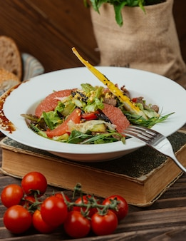 Green salad with pepperoni and galetta bread