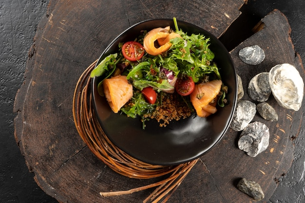 연어, 혼합 채소, 토마토, 퀴 노아, 크림 케이 퍼 드레싱을 곁들인 그린 샐러드. 배고픈 간식