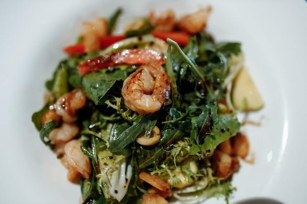 Зеленый салат с креветками. здоровая еда из морепродуктов.