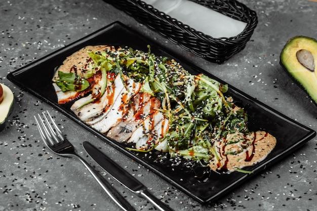 ウナギの燻製、オレンジ、アボカドのスライスを添えたグリーンサラダ。フラットレイ。日本料理。