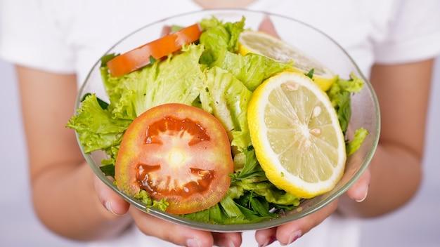 토마토, 레몬, 신선한 야채를 곁들인 그린 샐러드