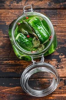 ガラスの瓶に緑の塩漬けきゅうり。缶詰野菜