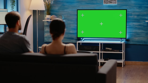 거실에 있는 집에서 텔레비전의 녹색 화면