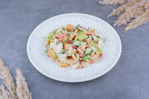 플래터에 다진 야채와 다진 야채를 곁들인 그린 시즌 샐러드