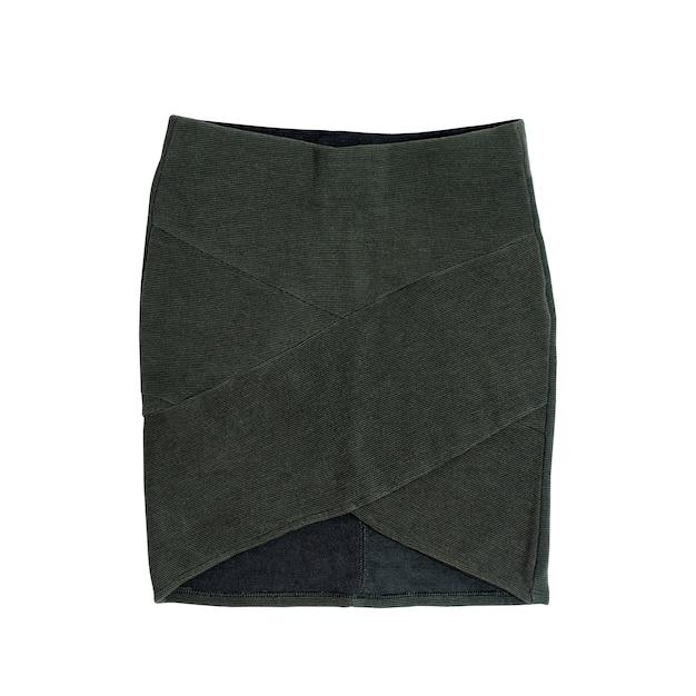Зеленая короткая юбка на белом фоне. концепция моды.