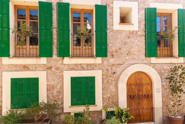 외부 손상으로부터 보호하기 위해 집에 녹색 셔터. 녹색 셔터입니다. 팔마 데 마요르카 집입니다.