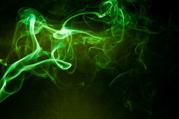 검은 배경에 녹색 연기 모션입니다.