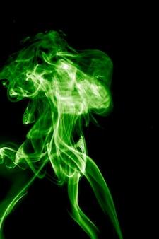 연기가 검은 배경에 녹색