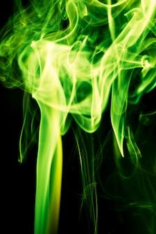 Зеленый дым на черном фоне.