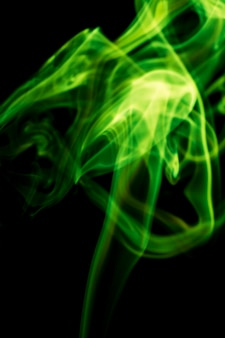 검은 배경에 녹색 연기입니다.
