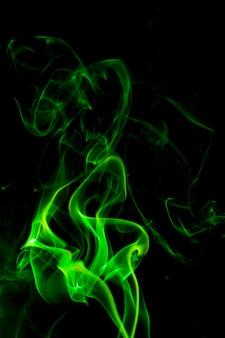 Зеленый дым на черной поверхности.