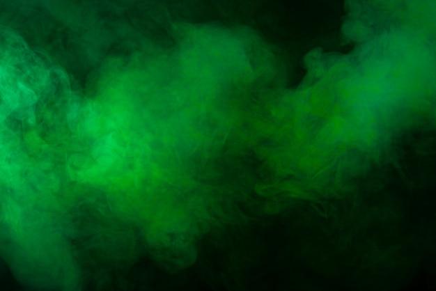 Текстура зеленого дыма на черном фоне