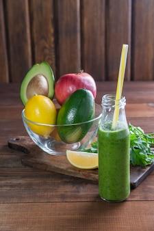 Зеленый смузи из свежих фруктов и овощей, здоровье, выборочный фокус