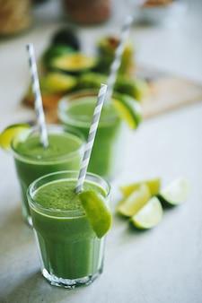 Frullato verde in un bicchiere