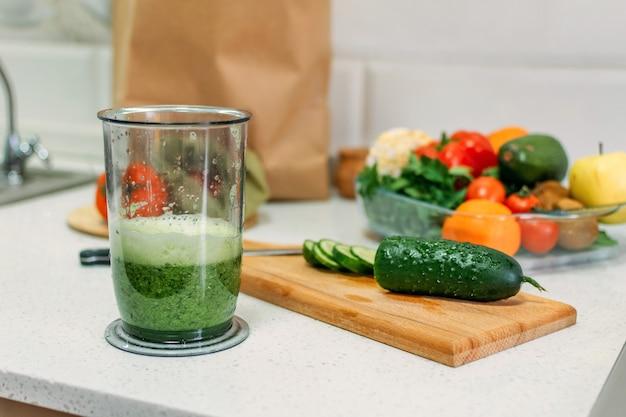 健康的な朝食のためのグリーンスムージーのレシピグリーンスムージーと材料のグリーンジュースをブレンド