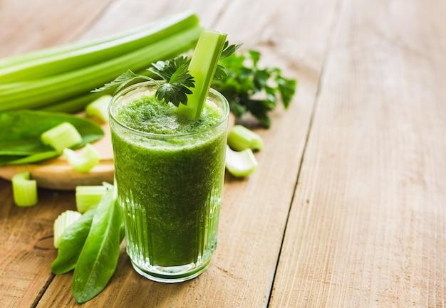 Зеленый смузи с сельдереем и шпинатом в стакане
