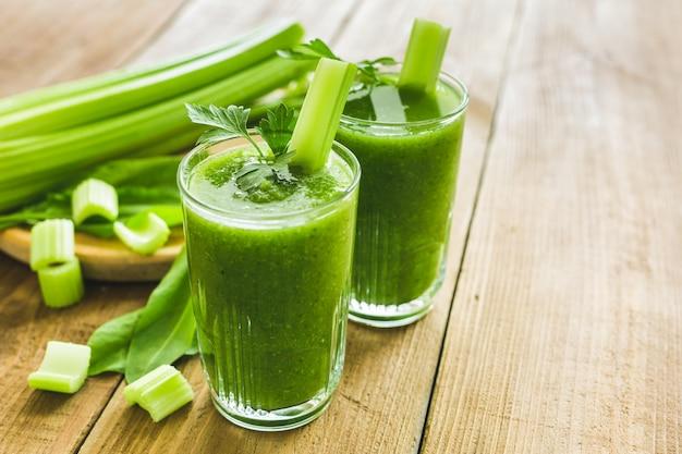 Зеленый смузи с сельдереем и шпинатом в двух стаканах