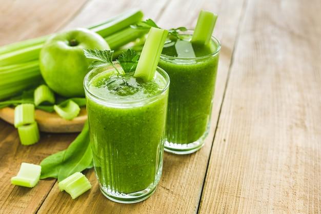 Зеленый смузи с сельдереем, шпинатом и яблоком в двух стаканах