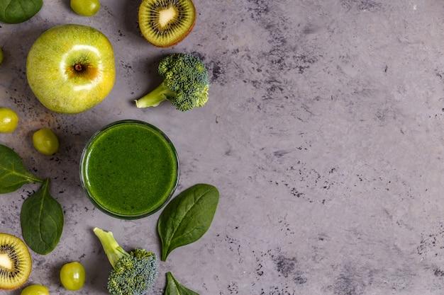 食材を使った緑のスムージー