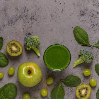 食材を使った緑のスムージー。