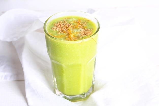 パイナップルオレンジサラダと亜麻仁のグリーンスムージー