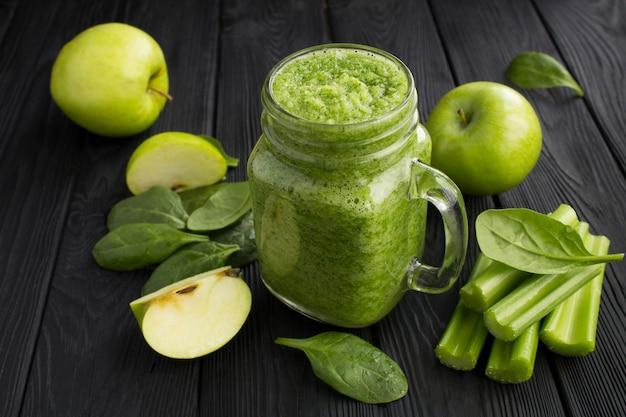 ほうれん草、リンゴ、セロリのグリーンスムージー