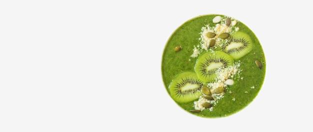 흰색 배경에 분리된 키비와 견과류로 장식된 녹색 스모디. 평평한 평지, 평면도