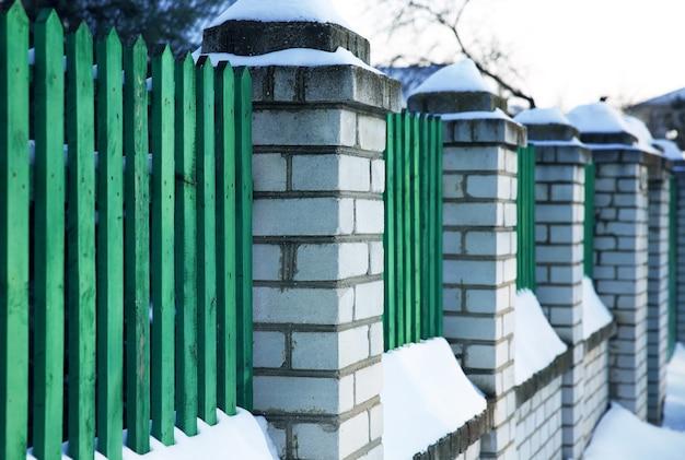 녹색 눈 덮인 울타리