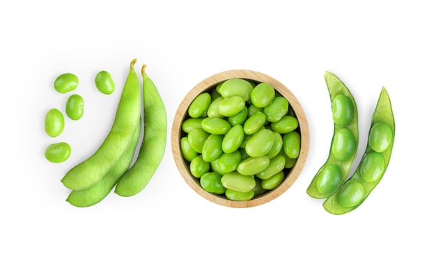白い表面に分離された緑の大豆。上面図