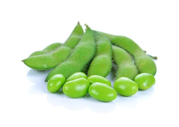 白で分離された緑の大豆