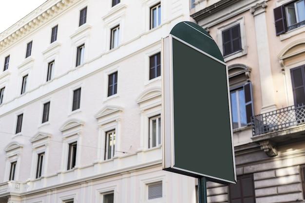 ヴィンテージの建物の背景を持つ通りの看板の緑のスペース