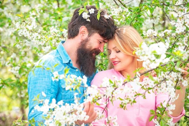 봄 자연 속에서 사랑에 빠진 녹색 봄 가을 부부의 열정과 관능적 인 터치 아름다운 부부