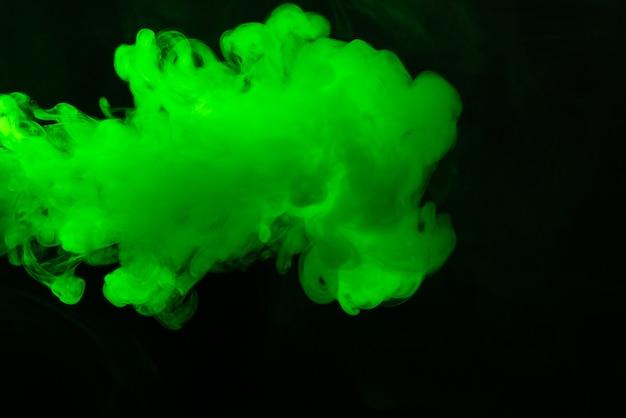 Зеленый пар на черном фоне