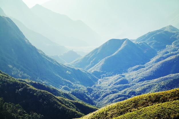 Зеленые крутые горы во вьетнаме