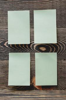 Зеленые наклейки на деревянной стене