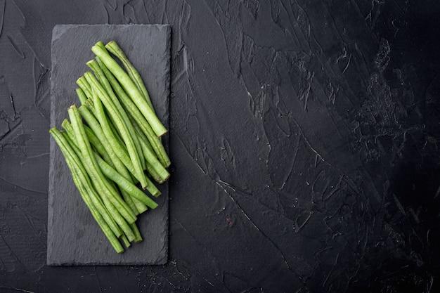 녹색 문자열 콩 세트, 돌 보드, 블랙 테이블, 평면도 평면 누워