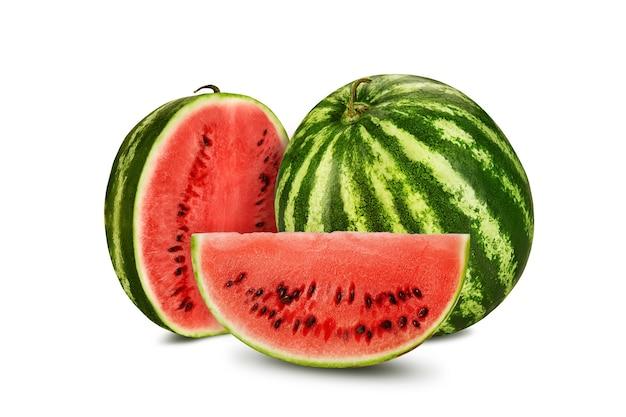 Зеленый полосатый арбуз, изолированные на белом фоне с копией пространства для текстовых изображений, поперечное сечение ягод с ...