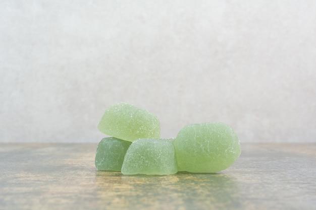 Marmellata di zucchero verde su fondo di marmo. foto di alta qualità