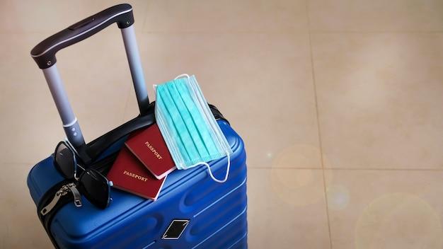 Зеленый чемодан собрали в путешествие во время пандемии коронавируса