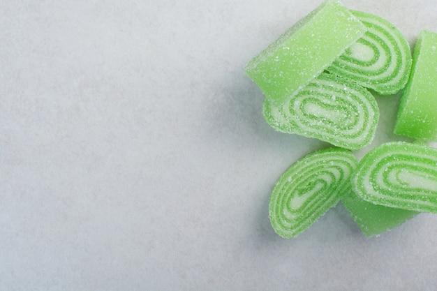白い背景の上の緑の甘いマーメレード。高品質の写真