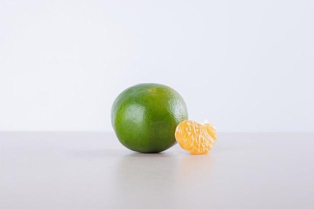 小さなみかんと緑のみかん。