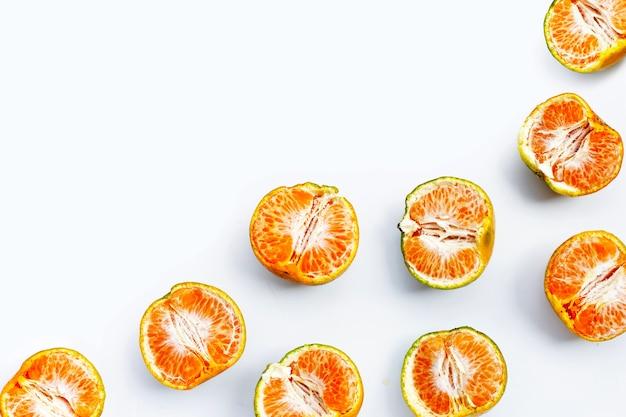 흰색 바탕에 녹색 감귤 mandarines입니다.